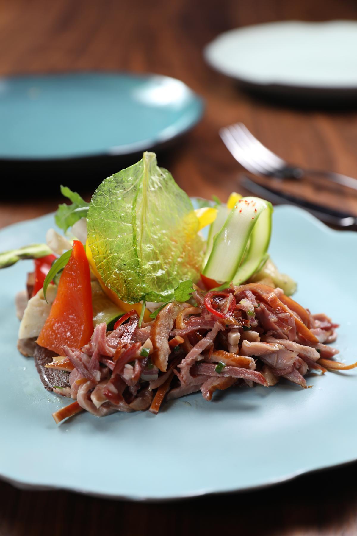 「滷水與油漬蔬菜」混合潮州與法菜風味,台式鴨賞、膽肝與法式牛舌居然非常調和。(350元/份)