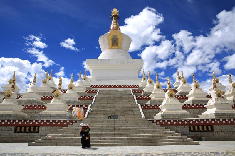 新建成的「尊勝塔林」立刻成為稻城地標,藏族人每日都會到佛塔轉經。