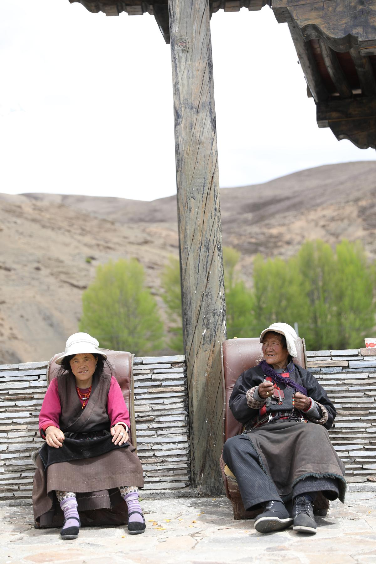 藏族婆婆愜意享受高原上的午後時光。