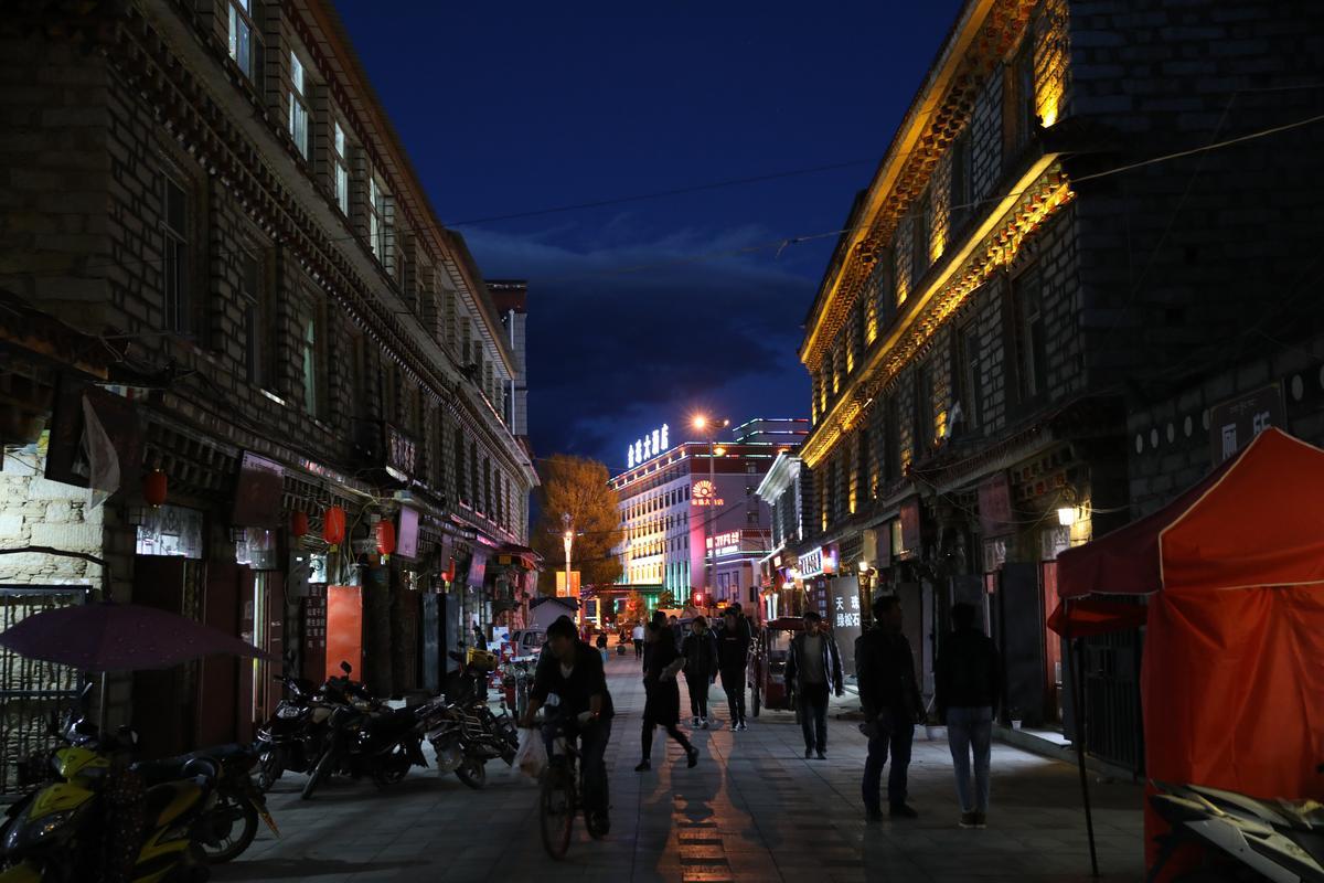 稻城雖然是一座人口不多的高原城市,夜晚生活卻不無聊。