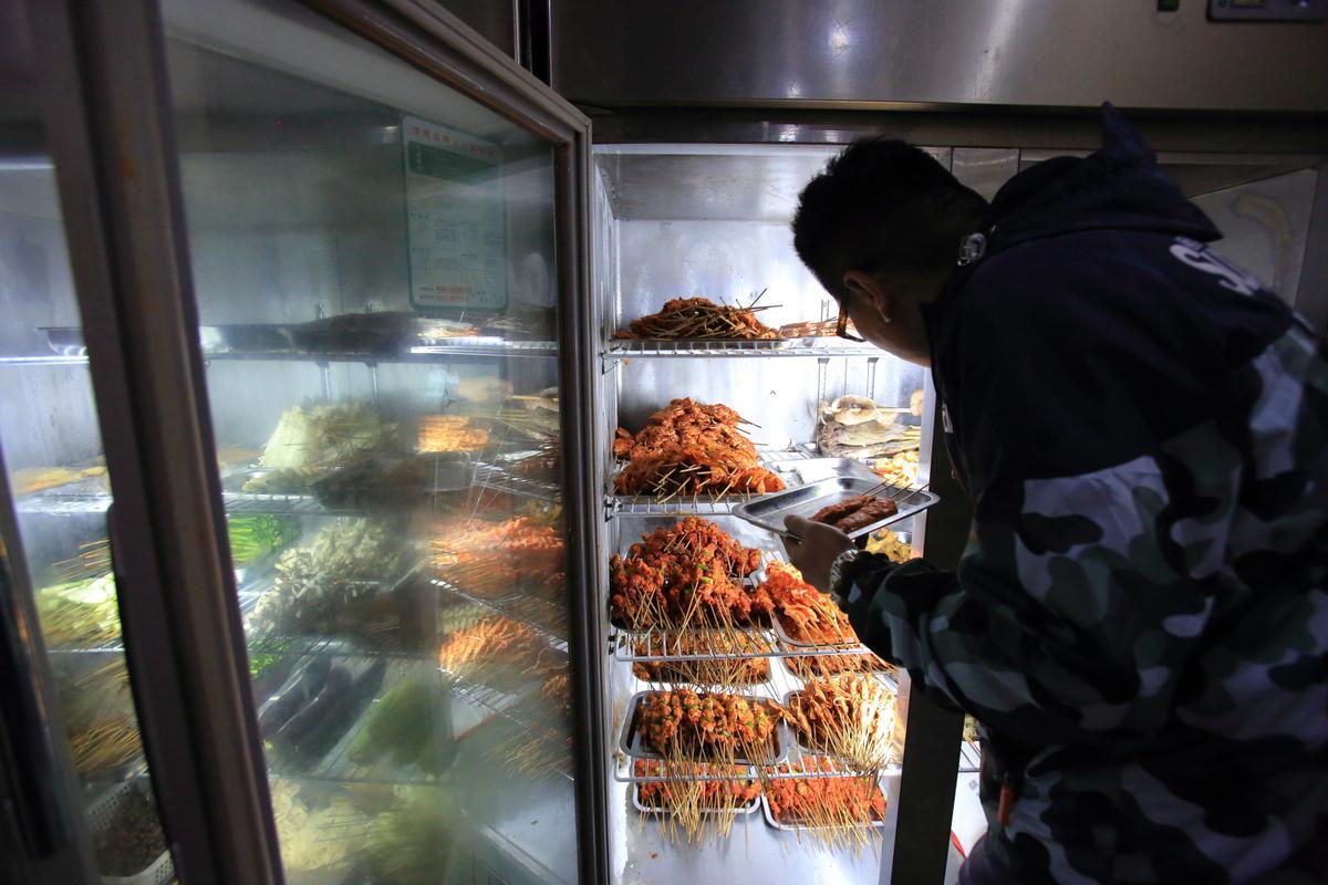 當地人推薦的燒烤小館「知味軒」,有花枝、氂牛、雞肉串,灑上孜然粉,口味濃郁。