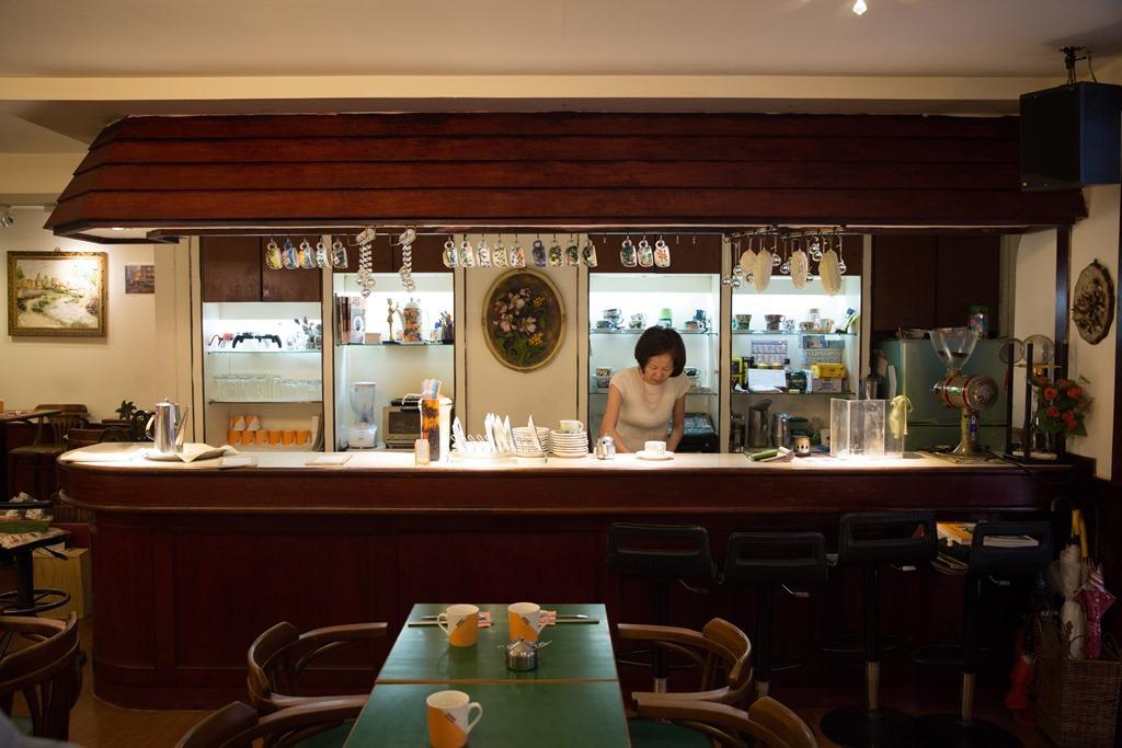 即使物換星移,吧台也和過去不同,老闆蔡翠瑛依然守在這裡。