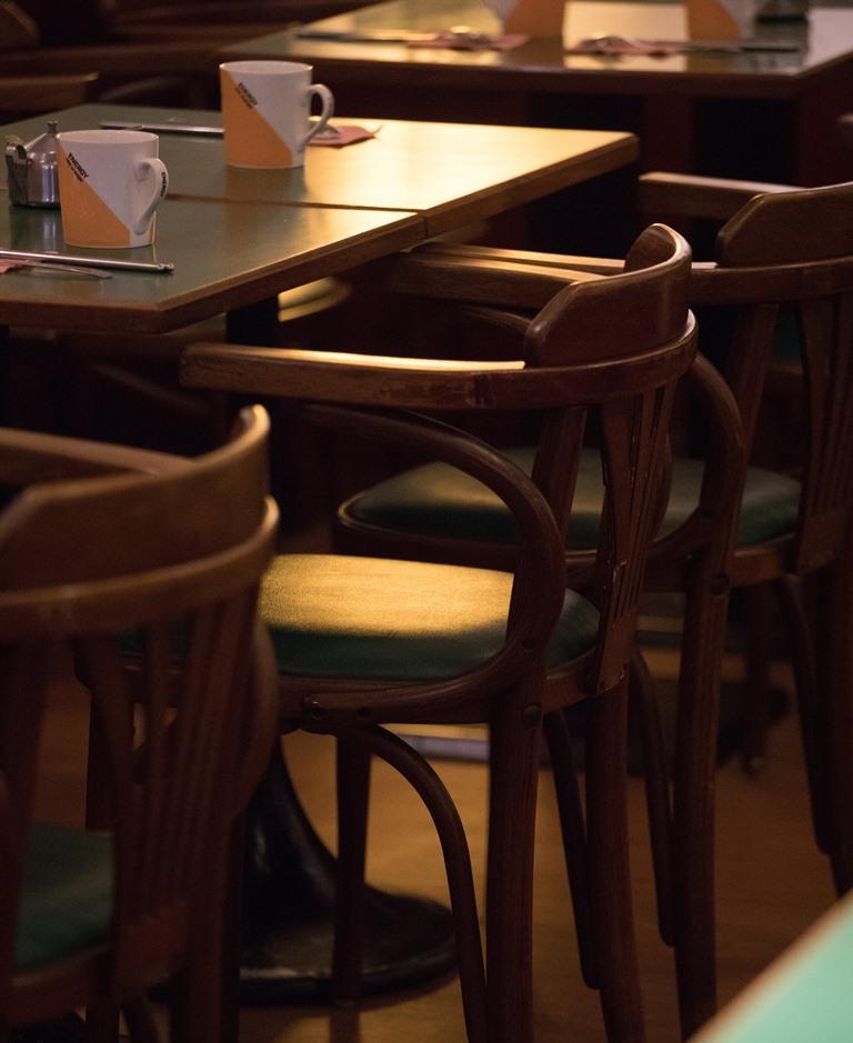 桌面深沉的綠,呼應老咖啡館沉潛的生命力。