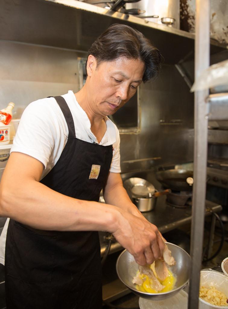 老闆陳鷹郎身兼主廚,餐期總在廚房忙碌。
