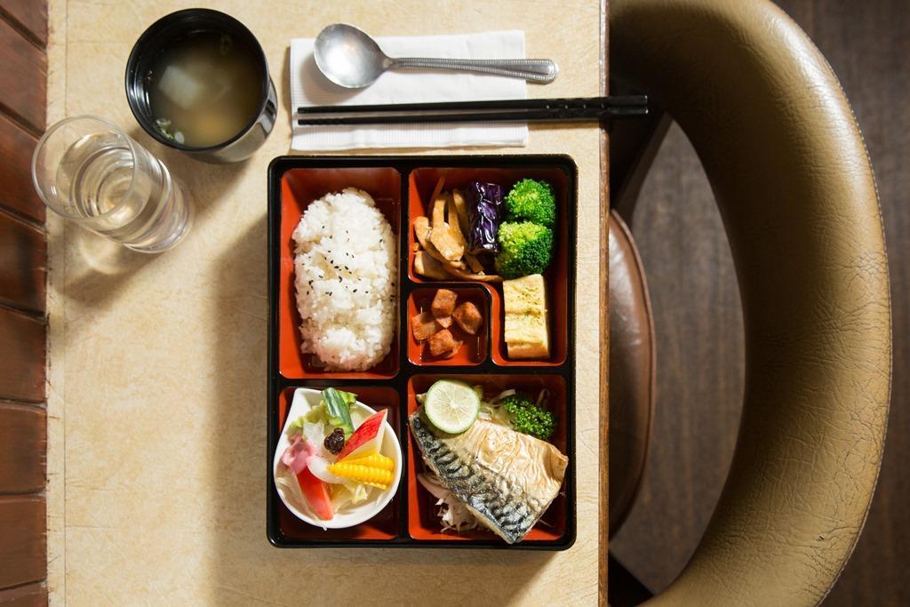 「主廚特餐」每日換上不同主菜,這天是油脂豐富的烤鯖魚。(260元/份)
