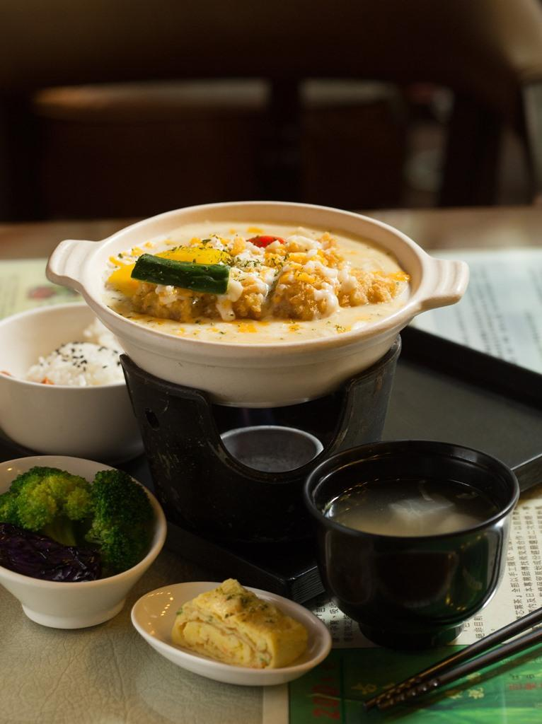 「起士豬排煲」豬排蘸著如酥皮濃湯的湯汁入口,口感十分特殊。(320元/份)
