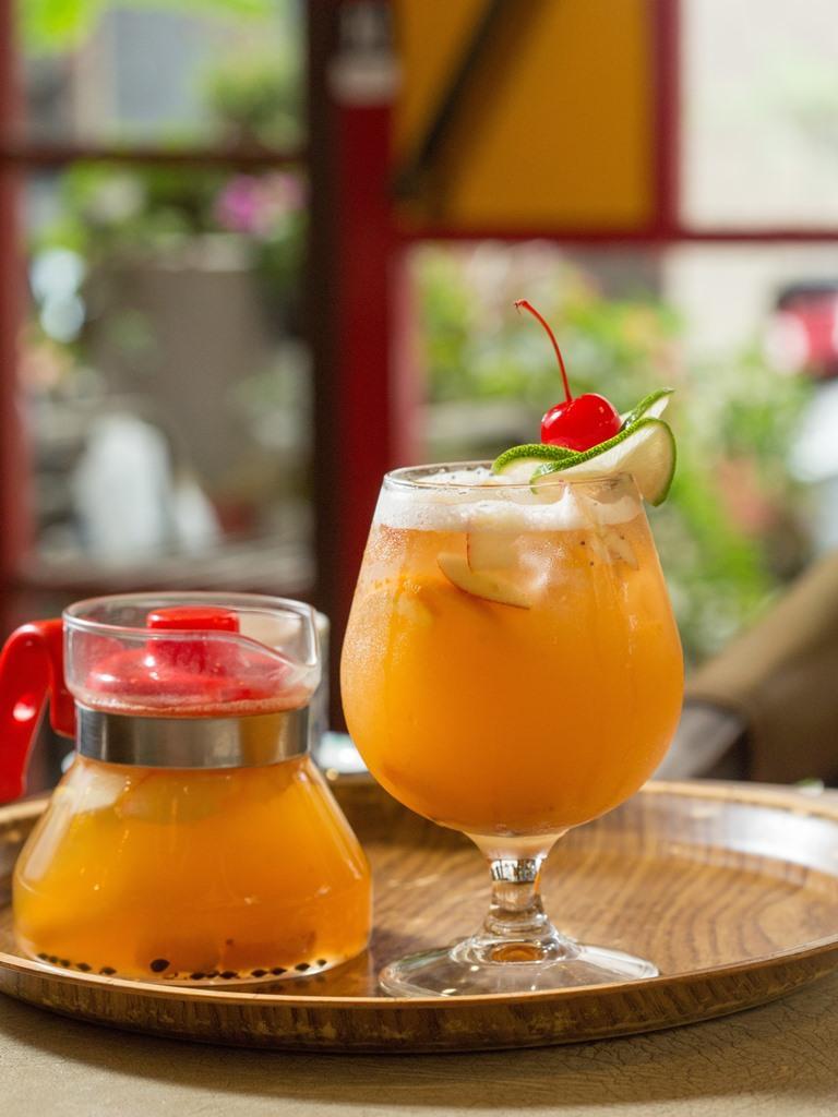 「精緻水果茶」鳳梨熬成醬,加入新鮮柳橙、百香果、蘋果,酸V甜蜜。(160元/杯或壺)