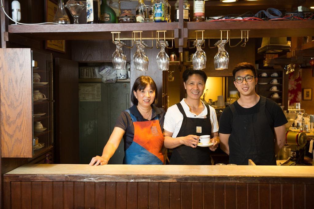 為了這家店,老闆陳鷹郎(中)、太太和兒子吃過不少苦,他們選擇吞下辛苦,守護夢想。