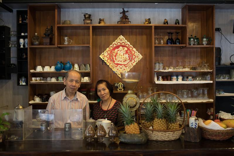 老闆王聖義(左)、老闆娘林美麗(右)夫妻接手經營咖啡館進入第21年,人生也從谷底走了一回。