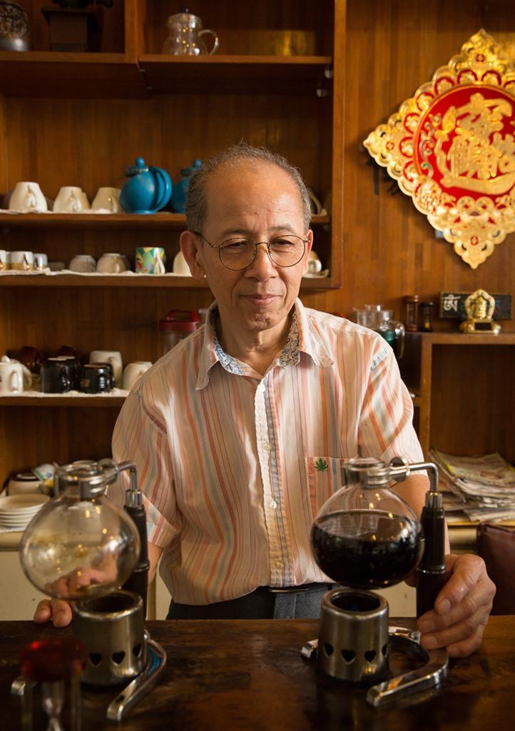 老闆王聖義慢條斯理、不疾不徐地現煮咖啡。