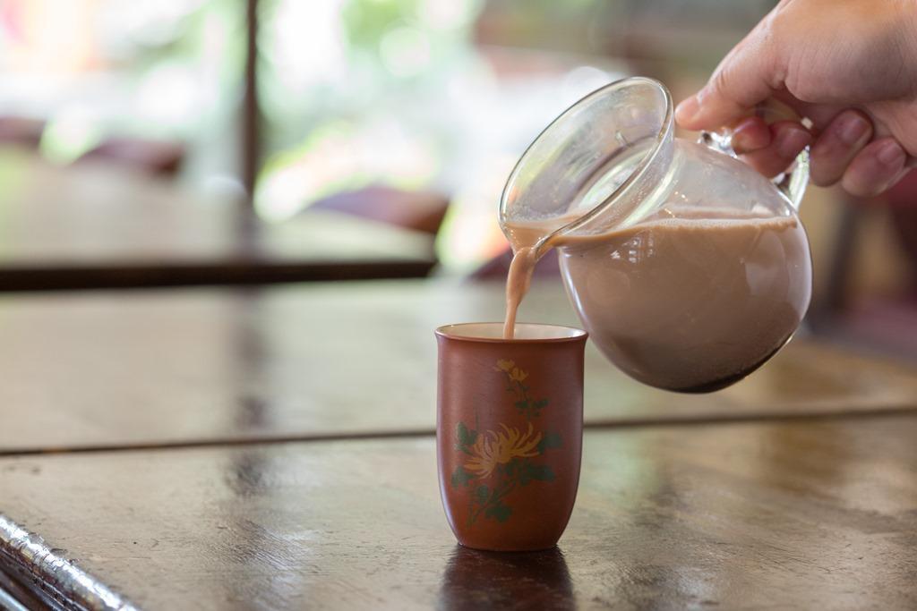 加入巧克力醬的「招牌奶茶」,用的是中式茶杯。(180元/壺)