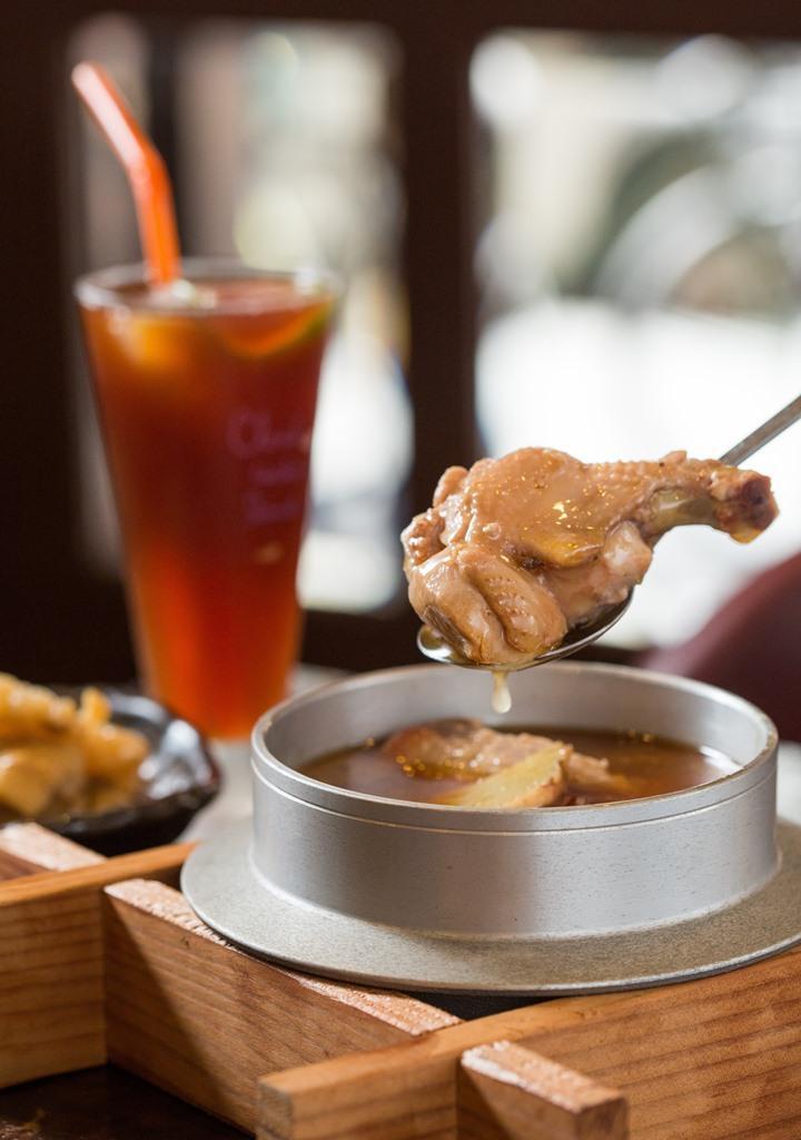 薑、米酒、麻油通通得放得夠多,才能煮出夠香夠味的「麻油雞」,一年四季都吃得到。(350元/份)