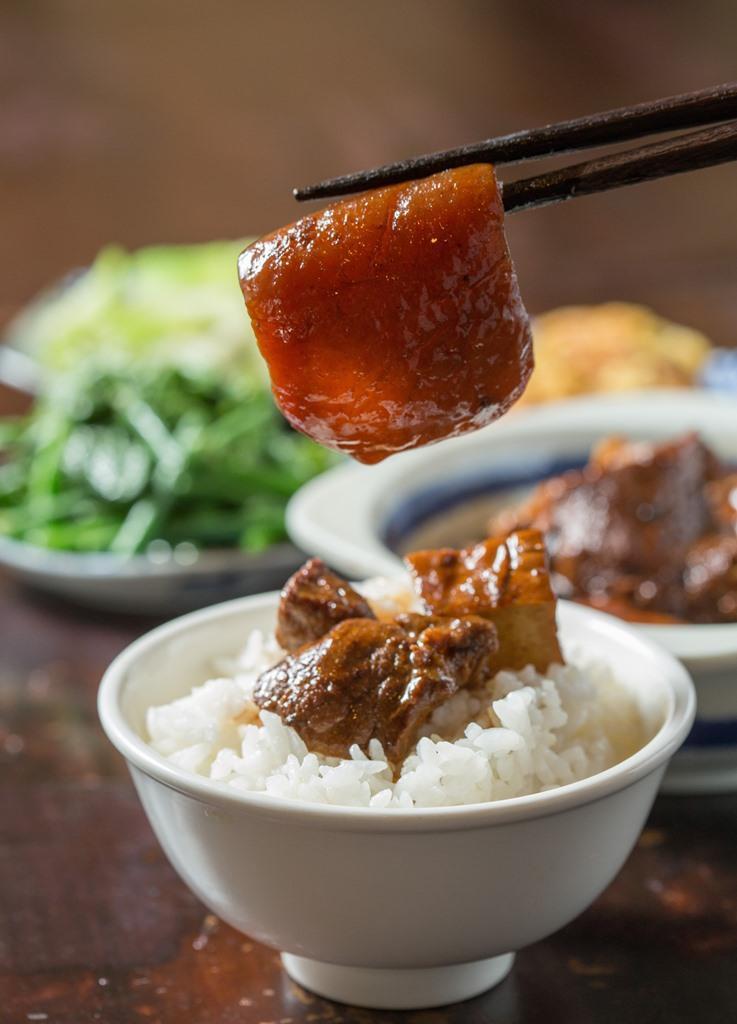 以洋蔥、蔥、蒜、福菜,醬油滷透的「焢肉」套餐,我最愛修去油脂的豬皮,油潤得剛剛好。(350元/份)