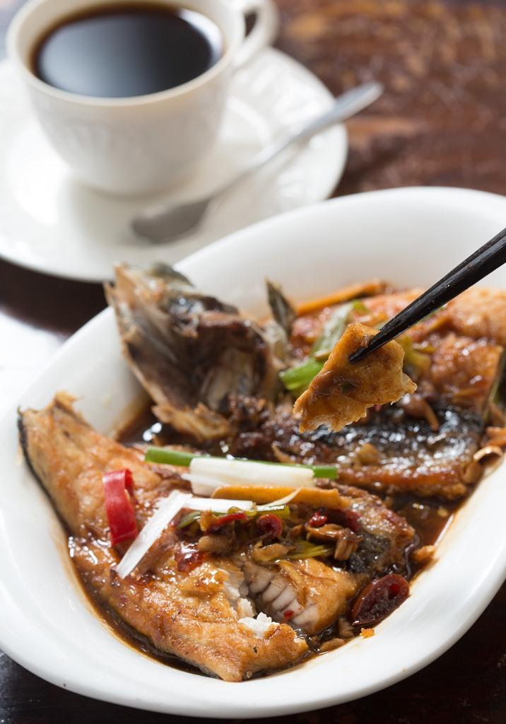 有固定食客特愛紅燒「虱目魚」套餐,鹹香下飯,醬汁澆在白飯上,又是一大滿足。(400元/份)