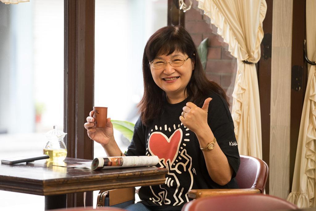 常客沈小姐有時吃完午餐也會來報到,喝杯茶、看看雜誌。