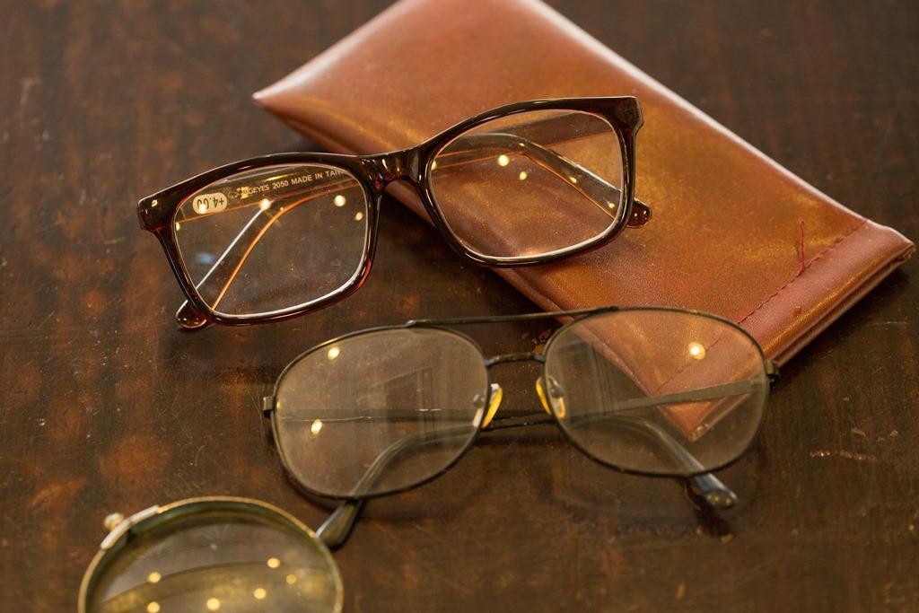 店家準備老花眼鏡方便老客人讀報,心意揪感心。