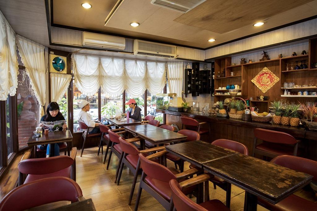 斑駁桌面、質樸地板,鋪陳出老咖啡館的懷舊況味。