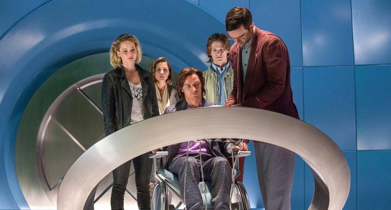 小珍妮佛(左一)、詹姆斯麥艾維(中)都將回歸演出《X戰警》系列的新片《Dark Phoenix》,圖為《天啟》劇照。(網路圖片)