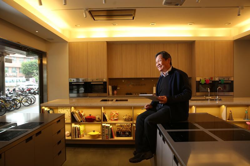 桂冠總經理王正明自年輕就有畫家夢,後來依父親意思加入家族事業。