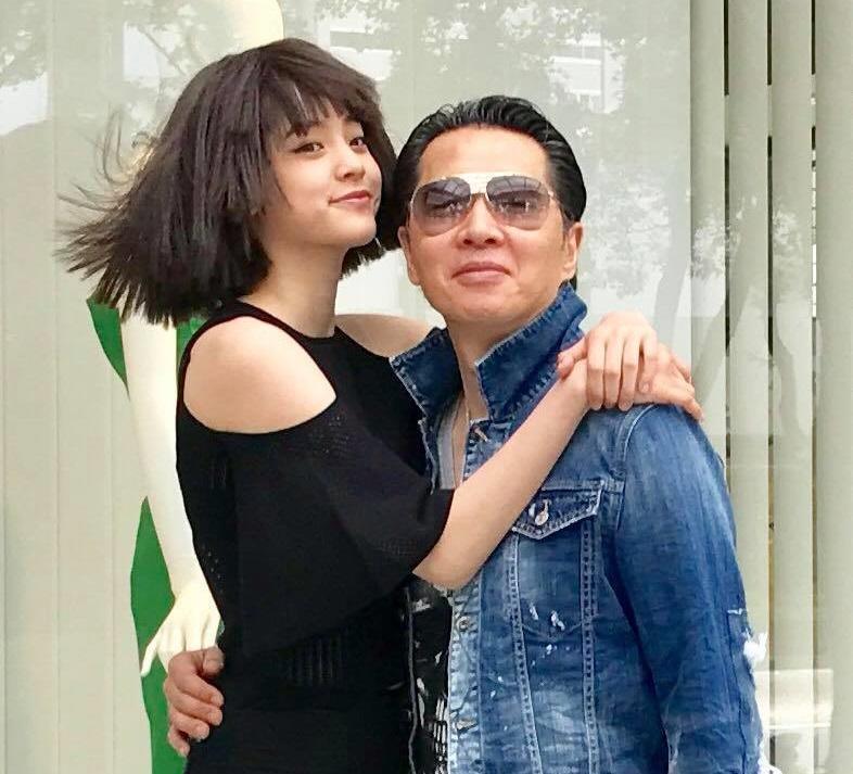 17歲的歐陽娜娜說,爸爸歐陽龍下達禁愛令,表示2年後才能談戀愛。