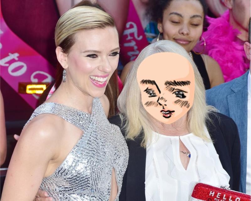 史嘉蕾真的邀請了潔拉狄恩阿嬤來《女狼嗨到趴》的首映紅毯,她們手上拿著寫著「哈囉,我的名字是史嘉蕾/潔拉狄恩」的手拿包。(東方IC)
