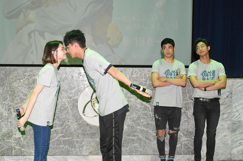蔡凡熙與韓笙笙磨鼻子,一旁林哲熹、鄭暐達表情很有趣。