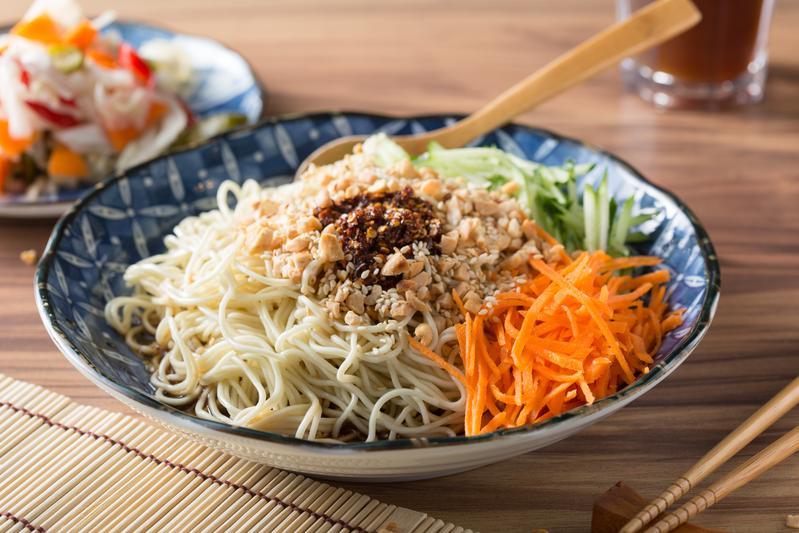 「四川麻辣涼麵」的辣醬是用四川乾辣椒、花椒和十幾種中藥材炒製,滋味香、麻、辣兼具。(55元/中份)