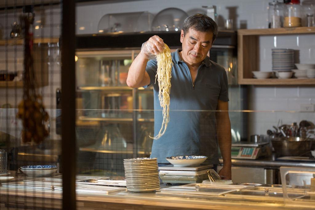 吳繼明賣涼麵前,曾經營過半年的義大利麵餐廳和17年的麻辣火鍋店。