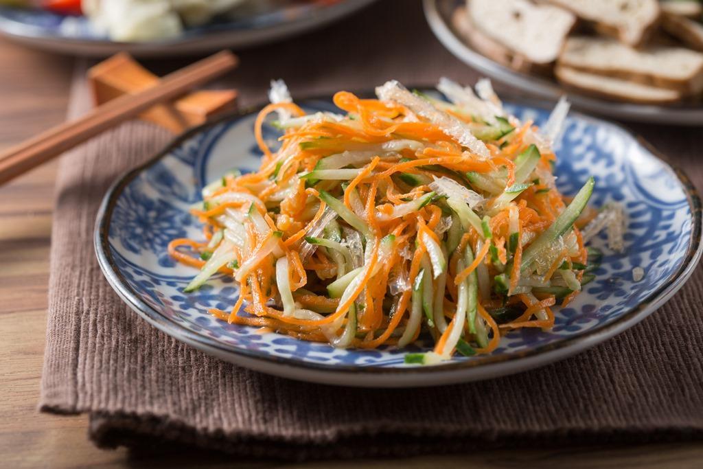 「山東涼拌小菜」以黃瓜絲、紅蘿蔔絲、蝦米和涼菜絲拌成,吃來帶點芥末的微嗆。(35元/份)