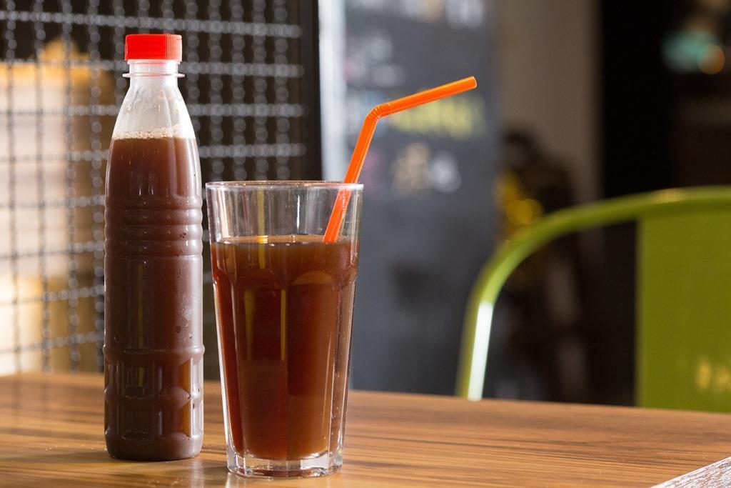 用烏梅、仙楂、冰糖熬製的「Woo姥姥烏梅汁」,酸香不死甜。(35元/杯)