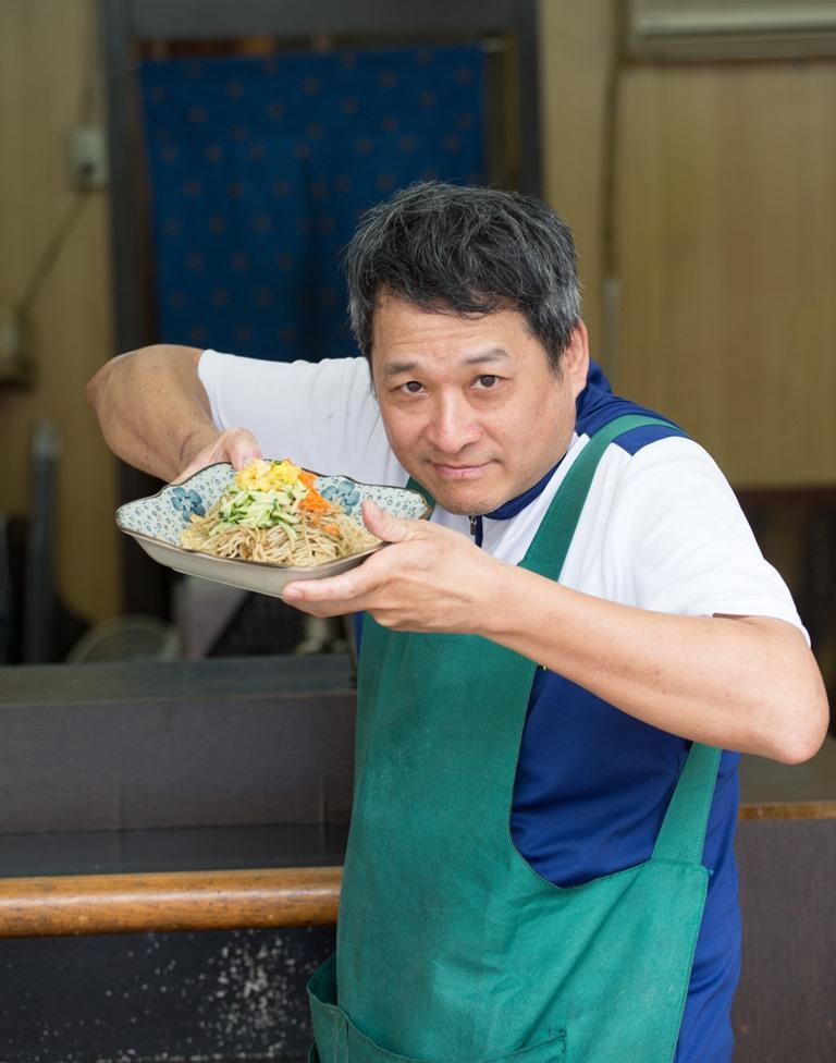 學廣告行銷出身的吳瑯民,對做涼麵有很多創意點子。