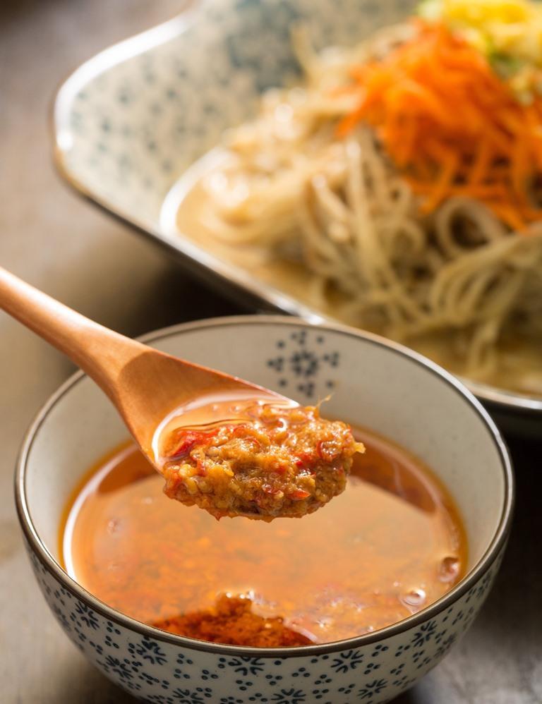用小辣椒和薑泥炒成的辣椒醬,鹹辣夠味,香氣十足。