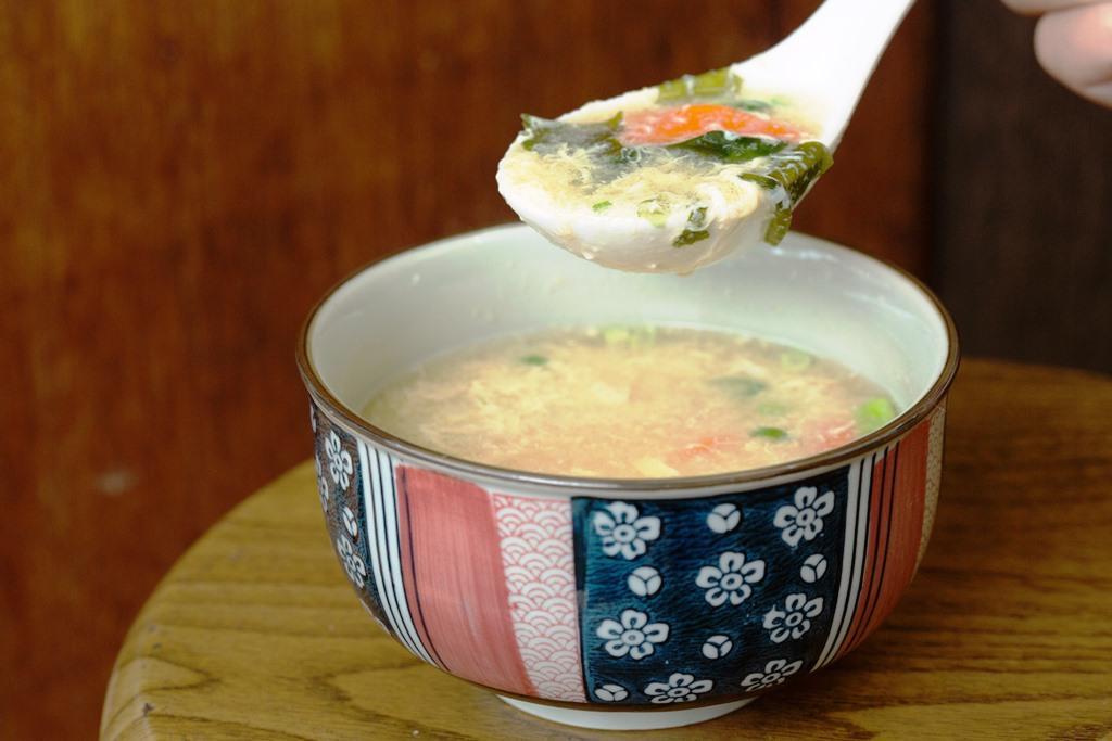「蛋花味噌湯」特別加入紅蘿蔔塊和洋蔥,味道喝來特別甘甜。(30元/碗)