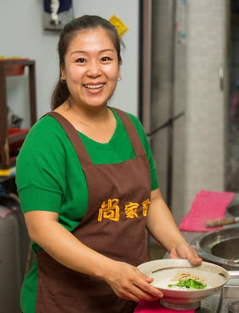 老闆尚月瑩祖籍雲南,在緬甸出生,從小跟媽媽學得一手做雲南菜的好手藝。