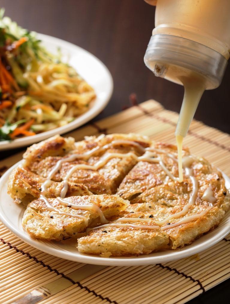 「印度甩餅」的外皮煎得焦黃酥脆,放進嘴裡細嚼,奶油、芝麻和煉乳的香氣不斷交織。(35元/份)