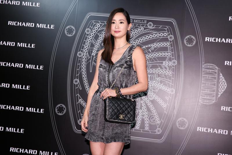 李晶晶穿著丹寧裙裝搭配香奈兒包、過膝長靴,以輕鬆的look出席派對。