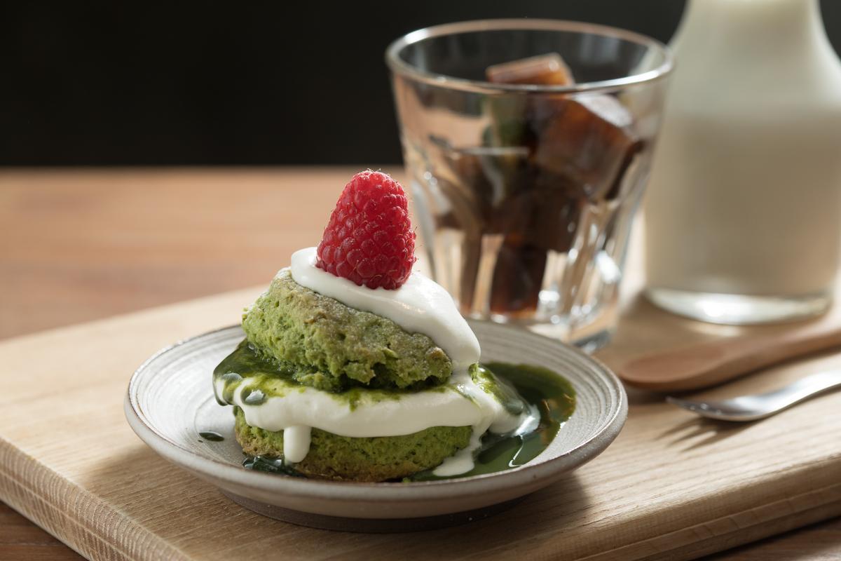 外酥內鬆軟的「小山園抺茶生乳司康」配上生乳醬,香潤細滑。(150元/份)