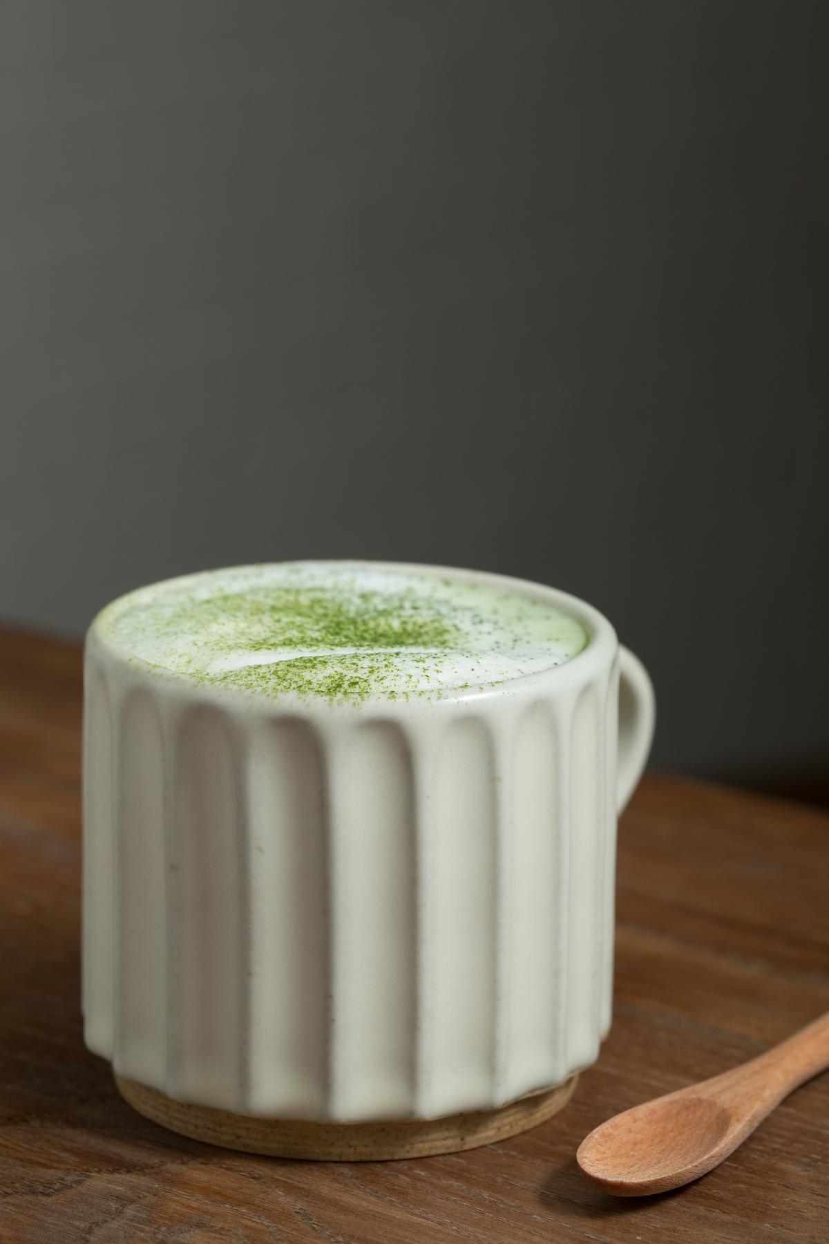 雨天裡品嘗溫熱的「小山園抺茶牛奶」讓人感到悠然舒緩。(140元/杯)