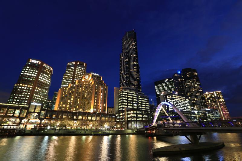亞拉河南岸的夜景璀璨,「朗廷酒店」就位在河畔,交通相當便利。