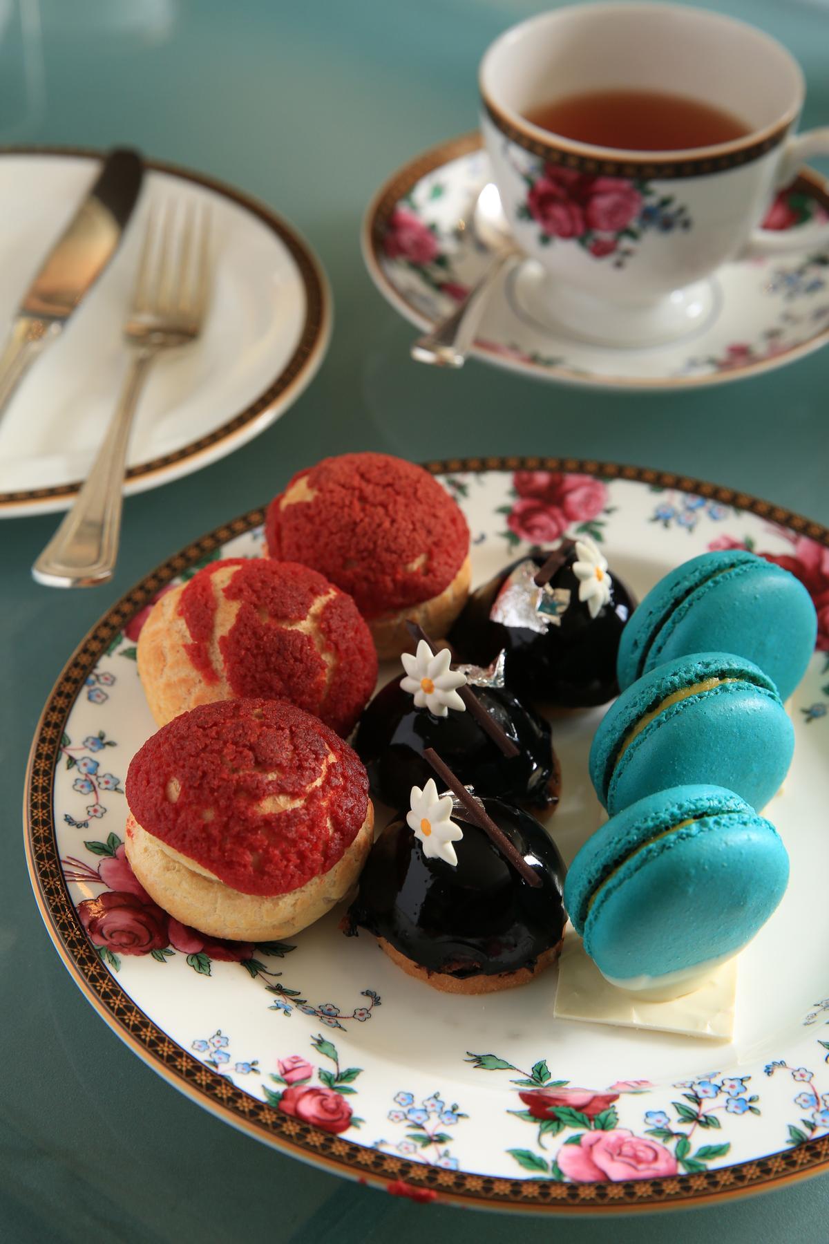Wedgwood的瓷盤,配上色彩鮮豔的馬卡龍等西點,誘人食欲。