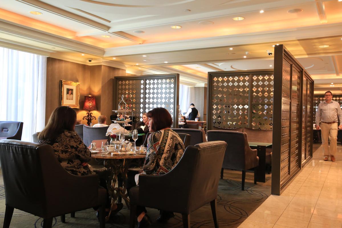 墨爾本的女士們對朗廷的下午茶趨之若鶩,旁邊座位已經翻了兩次桌。