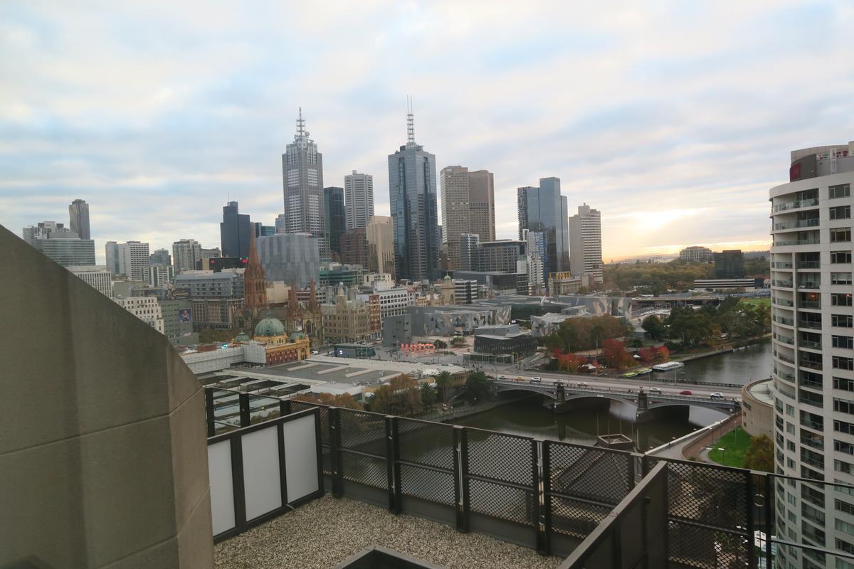高層的某些客房設有露台,每天清晨、傍晚,可眺望亞拉河或墨爾本市區美景,非常享受。