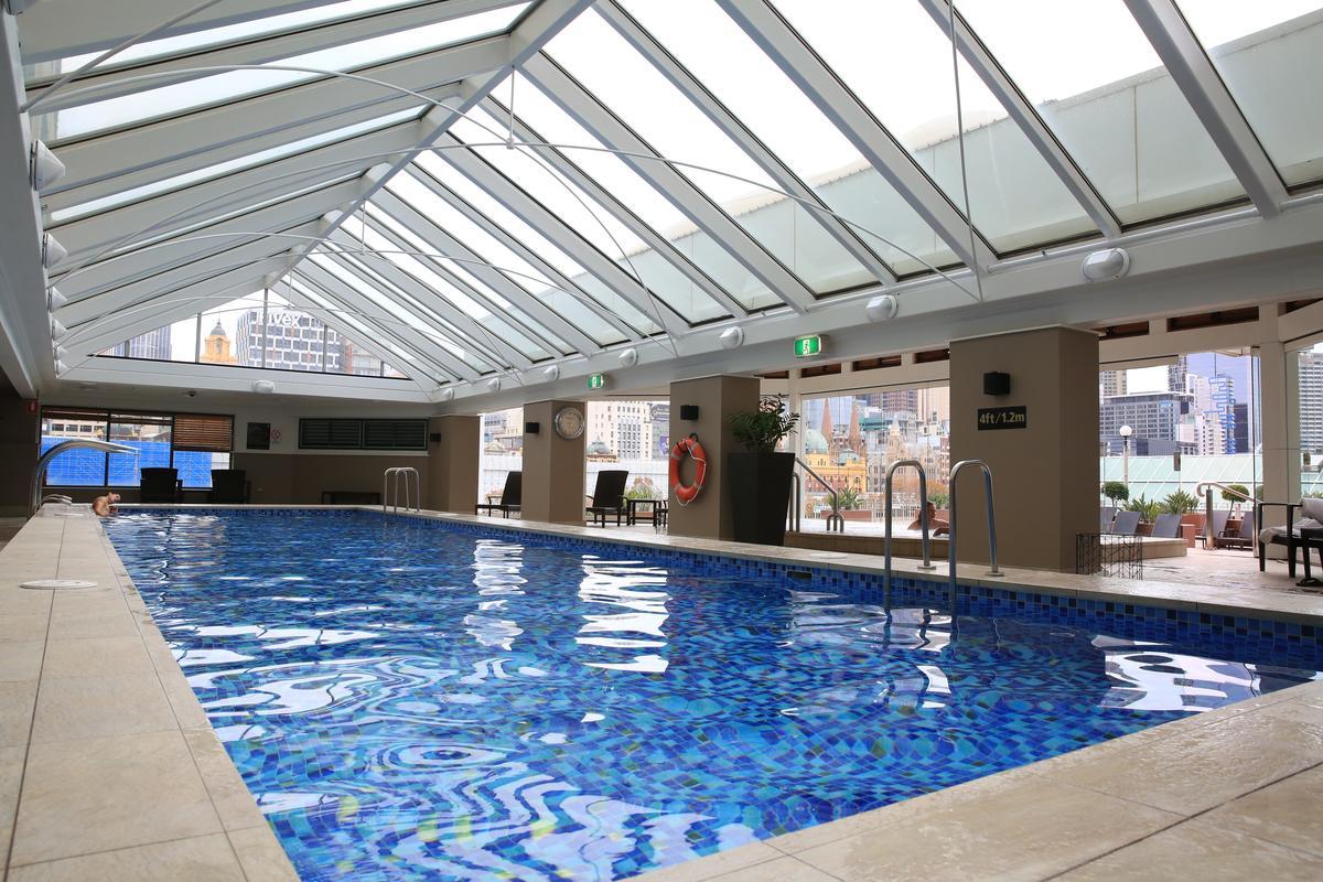 引進天光的游泳池,抬頭就是無敵城市景觀。
