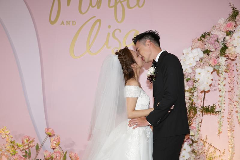 愛紗與周洺甫甜蜜接吻,在場記者唱起「愛紗」的Hit歌「喇舌」助興,氣氛熱烈。