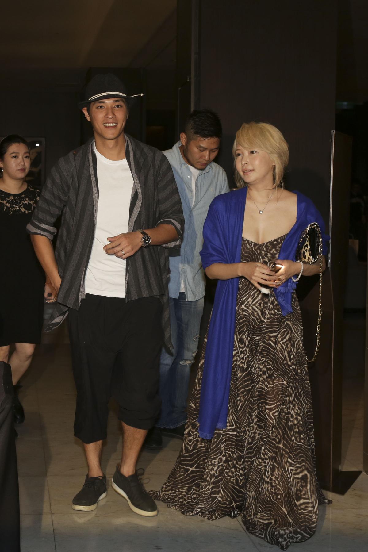 藍正龍未帶妻兒,單獨一人前來,右為Makiyo。