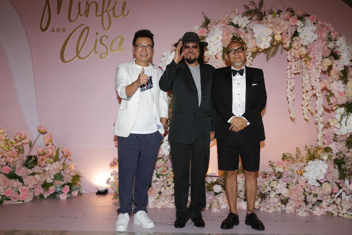 綜藝大哥張菲(中)到場致賀,新郎新娘進場時張菲在旁全程錄影,笑得超開心。