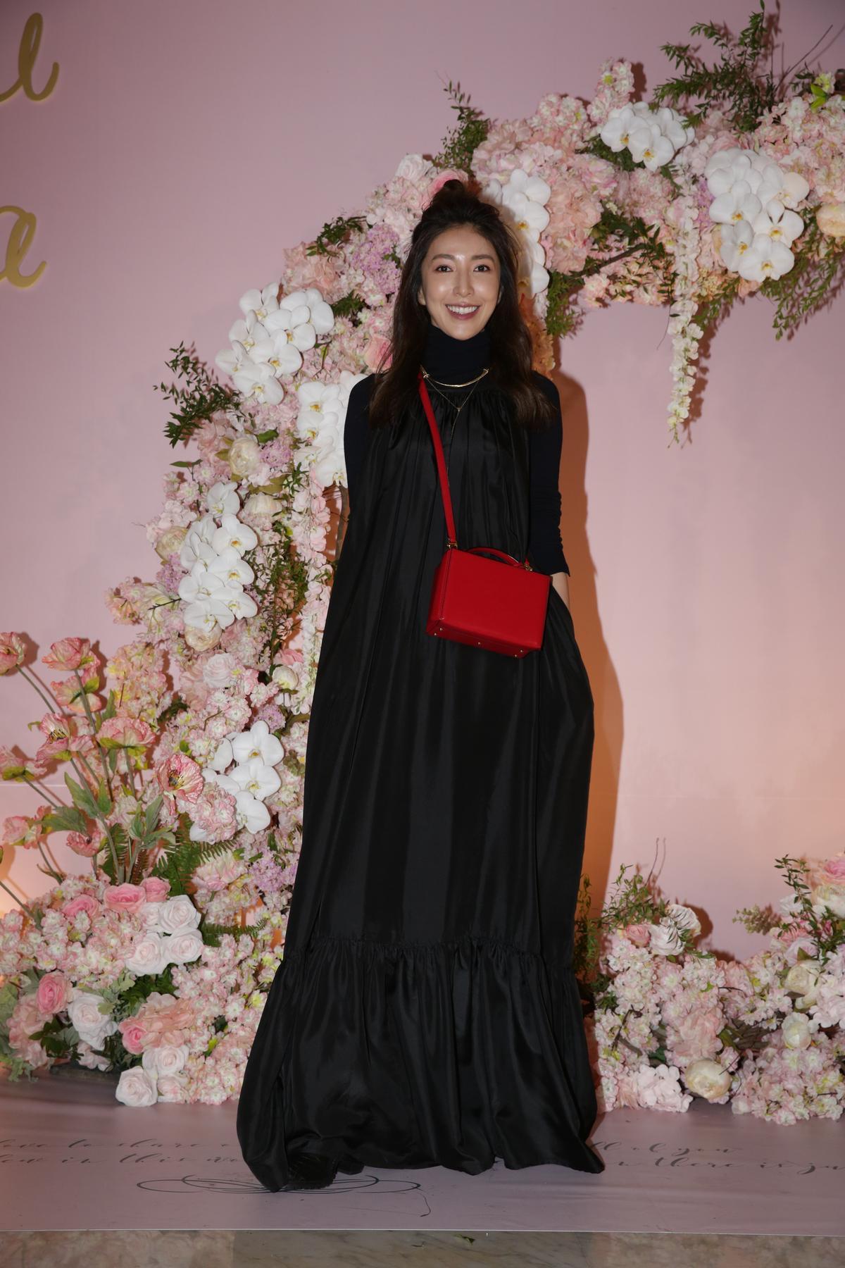 楊謹華穿得一身黑來吃喜酒,有記者戲稱「這是巫婆裝吧!」
