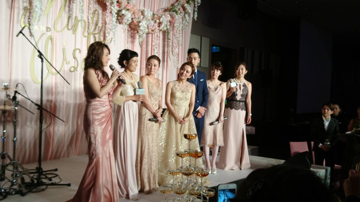 當年的Sunday Girls全員到齊,已嫁作豪門媳婦的麻衣(左四)看見愛紗(右三)也披上婚紗,超感動又開心地挽著她的手親熱合照。(翻攝自IG)