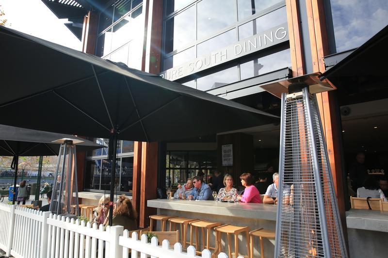 「Pure South Dining」面對亞拉河的座位最受歡迎,整天都有人在這裡喝啤酒、吃生蠔,非常享受。