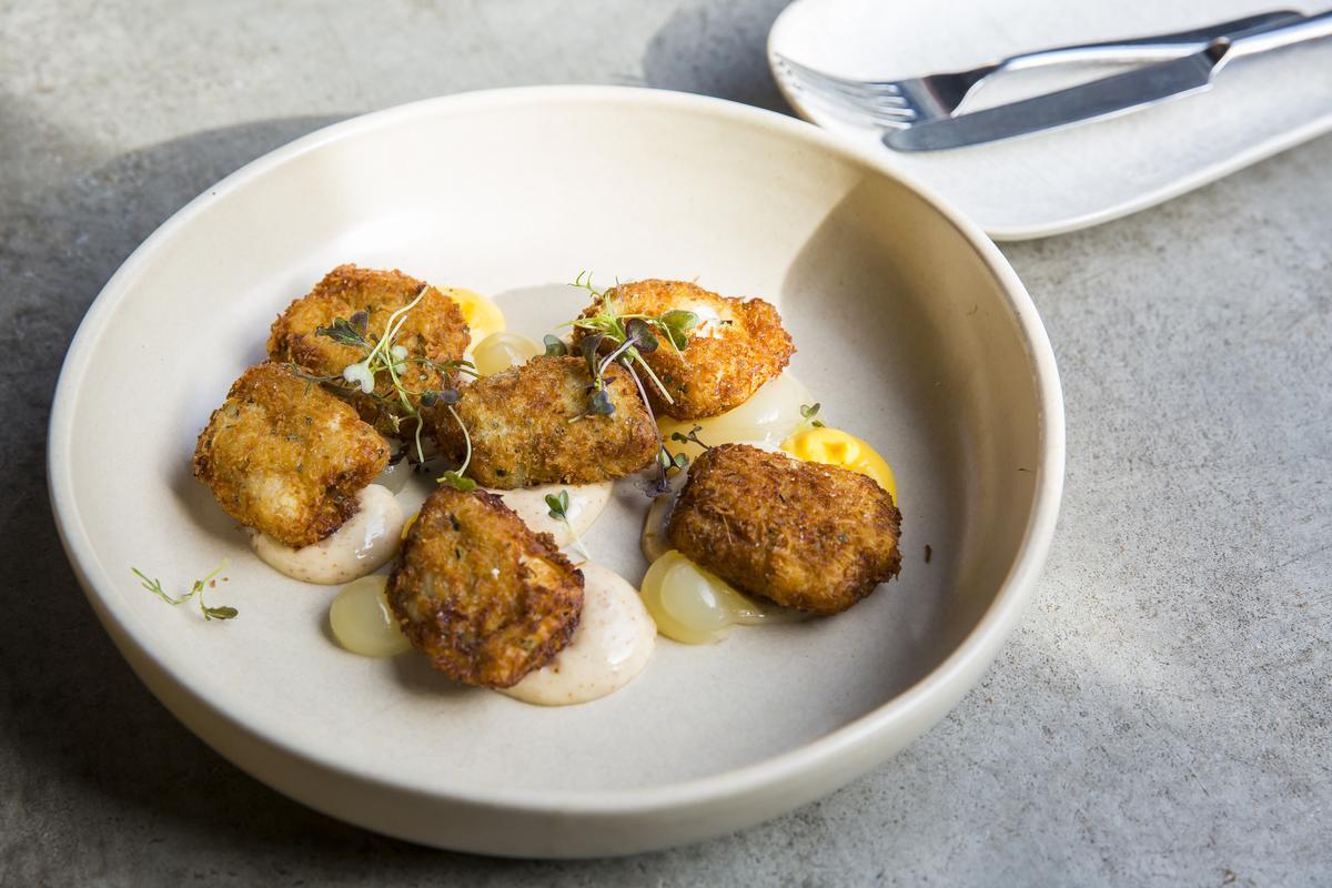 下酒必備的炸雞翼,混入乳酪醬與鹹火腿,滋味更上層樓。(澳幣15元/份,約NT$334)